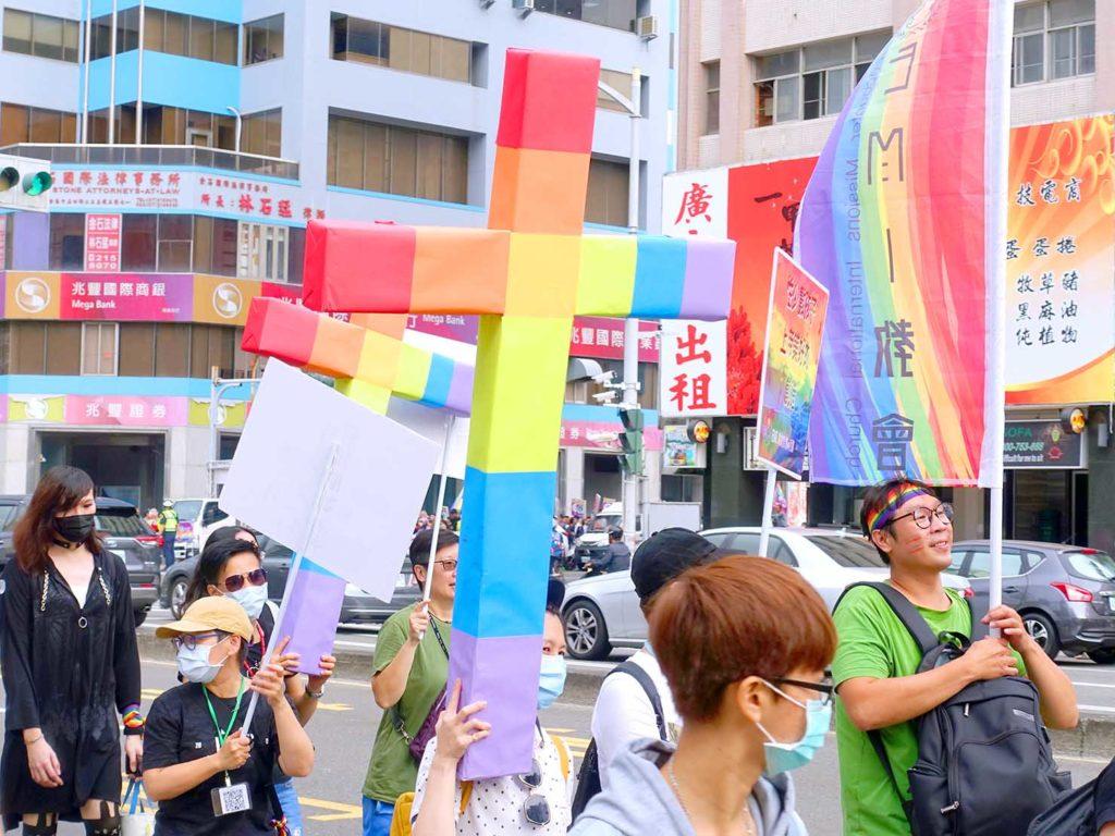 高雄同志遊行(高雄プライド)2020のパレードに掲げられたレインボーの十字架