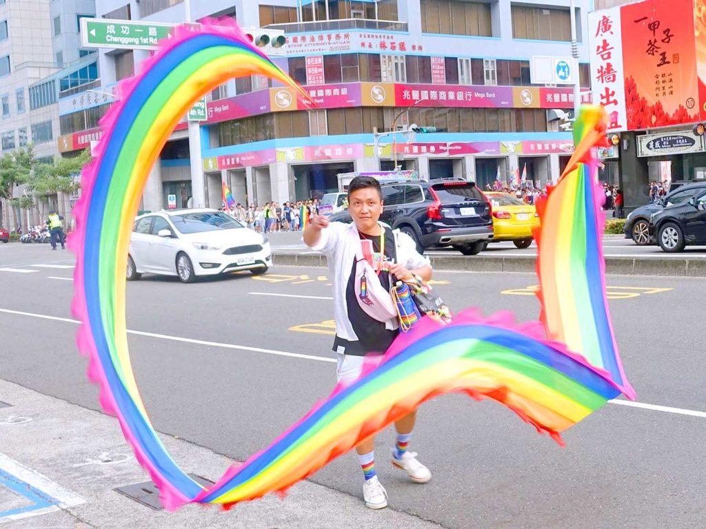 高雄同志遊行(高雄プライド)2020のパレードでレインボーのテープを振る参加者