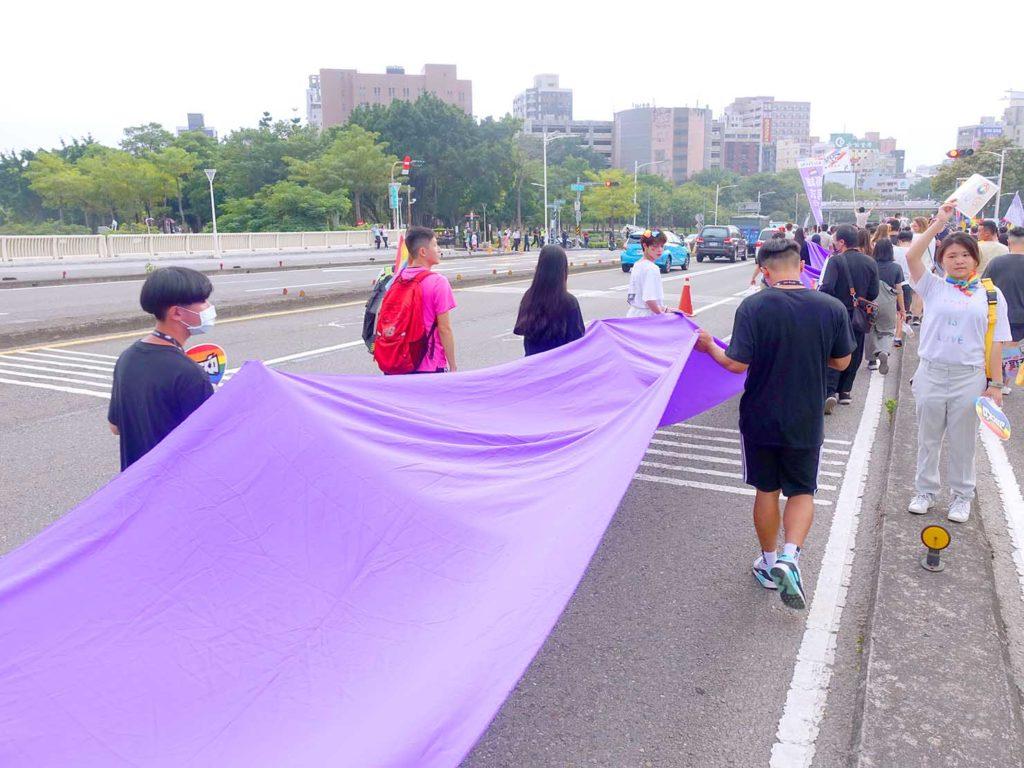 高雄同志遊行(高雄プライド)2020のパレードを先導するロングカラーフラッグ