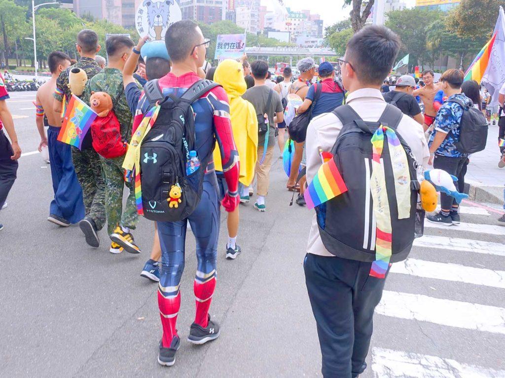 高雄同志遊行(高雄プライド)2020のパレードをスパイダーマンのコスプレで歩く参加者