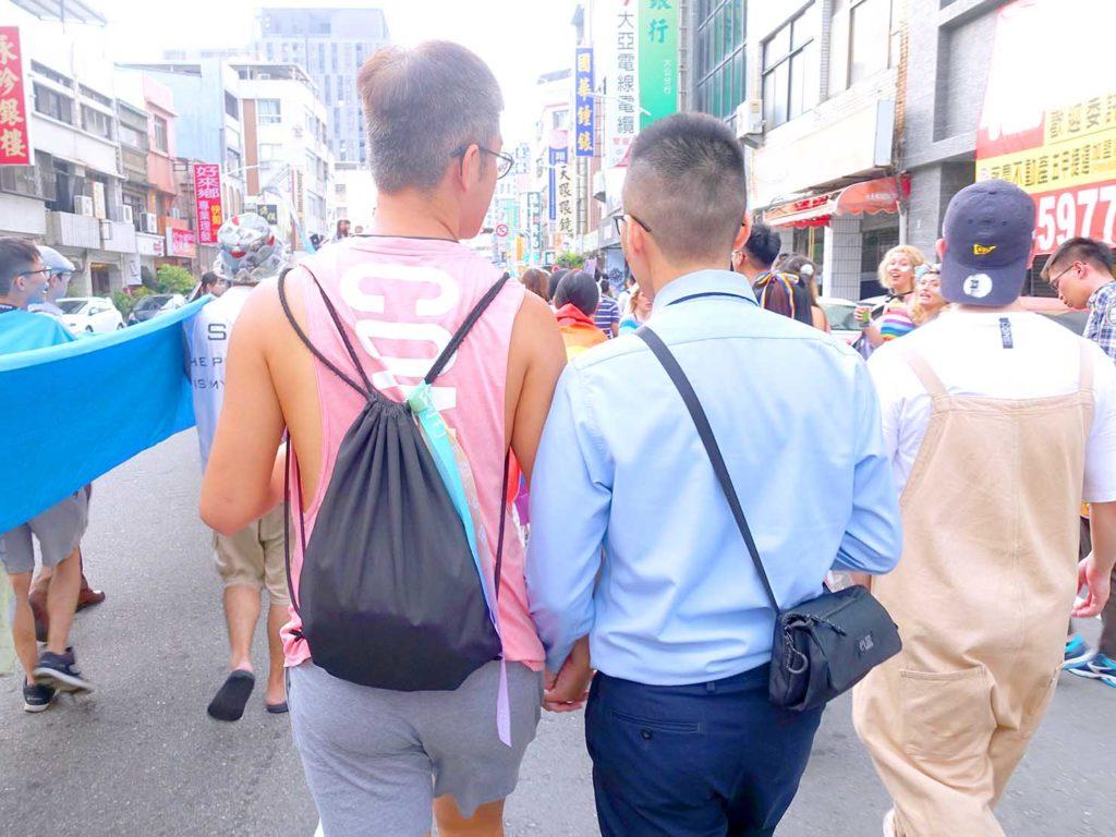 高雄同志遊行(高雄プライド)2020のパレード終盤で手を繋いで歩く同性カップル