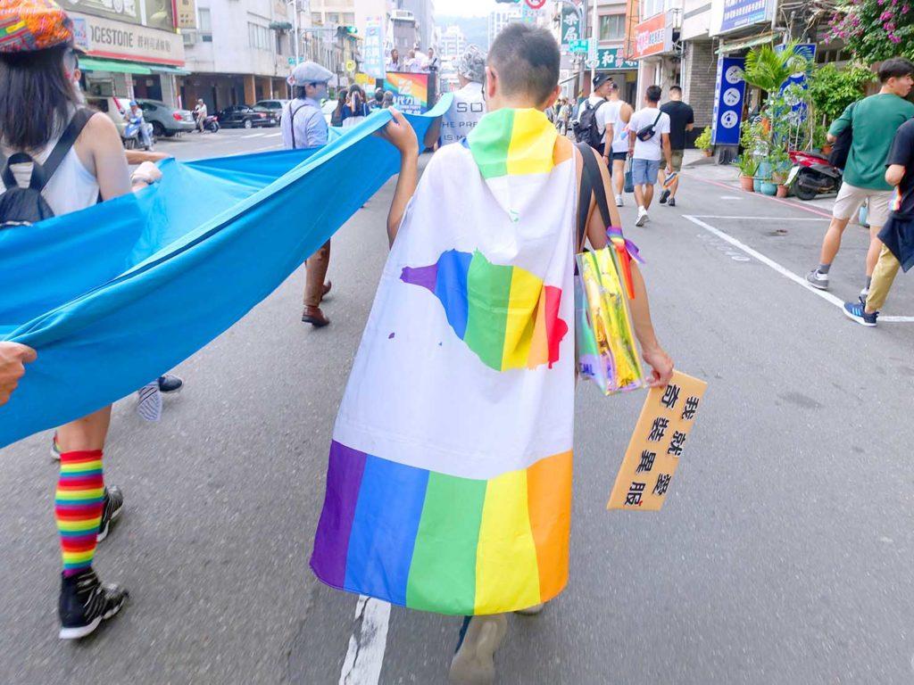 高雄同志遊行(高雄プライド)2020のパレードで台湾のレインボーフラッグを纏って歩く参加者