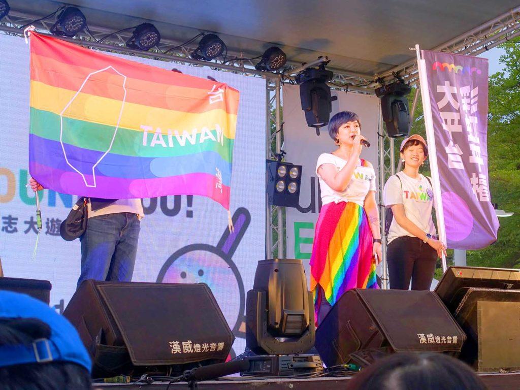 高雄同志遊行(高雄プライド)2020の会場特設ステージでスピーチする彩虹平權大平台の呂欣潔さん