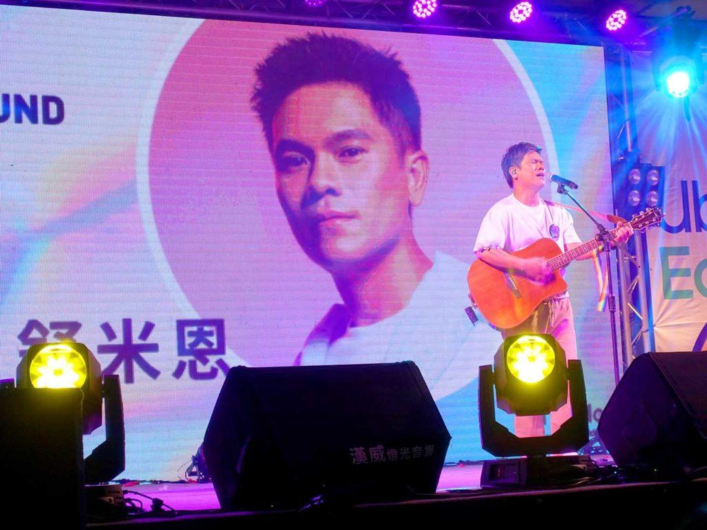 高雄同志遊行(高雄プライド)2020の会場特設ステージでパフォーマンスするアーティスト・舒米恩さん