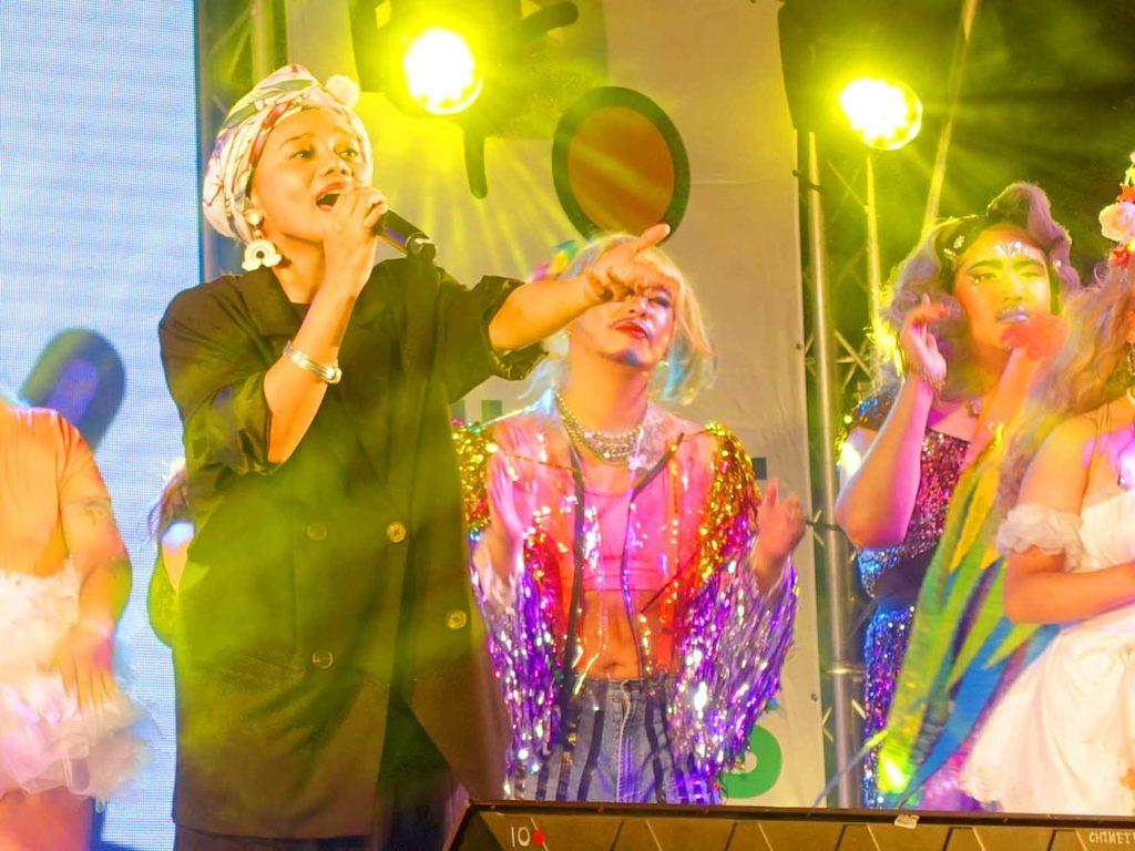 高雄同志遊行(高雄プライド)2020の会場特設ステージでライブを披露するアーティスト・阿爆さん