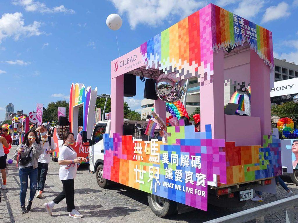 台灣同志遊行(台湾LGBTプライド)2020で台北市政府前広場に集まるパレードカー