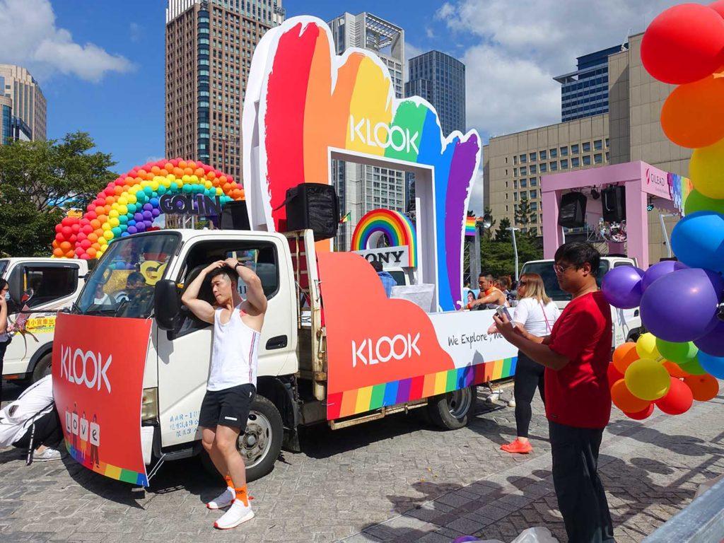 台灣同志遊行(台湾LGBTプライド)2020で台北市政府前広場に停まるKLOOKのパレードカー