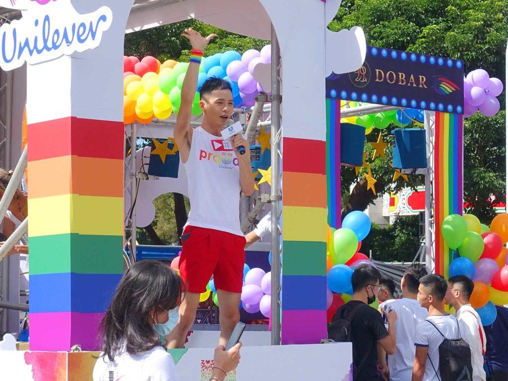台灣同志遊行(台湾LGBTプライド)2020で台北市政府前広場に集まるパレードカーでリハーサルをする司会者