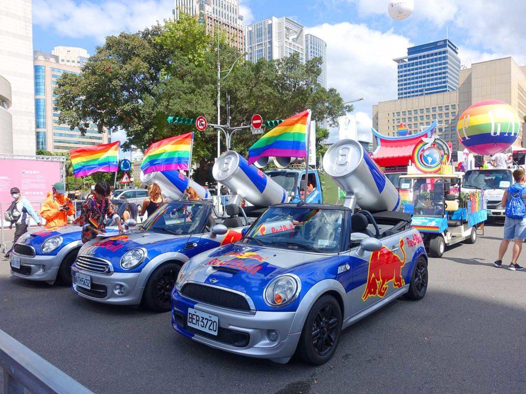 台灣同志遊行(台湾LGBTプライド)2020で台北市政府前広場に集まるレッドブルのオープンカー