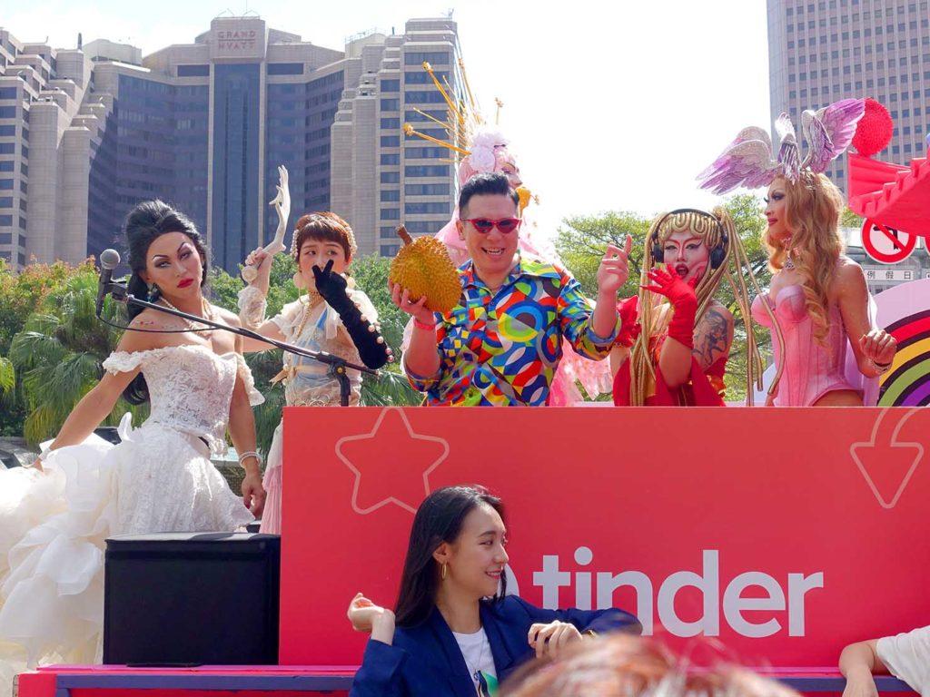 台灣同志遊行(台湾LGBTプライド)2020の会場に集まるパレードカーで早くも盛り上がるドラァグクイーンたち