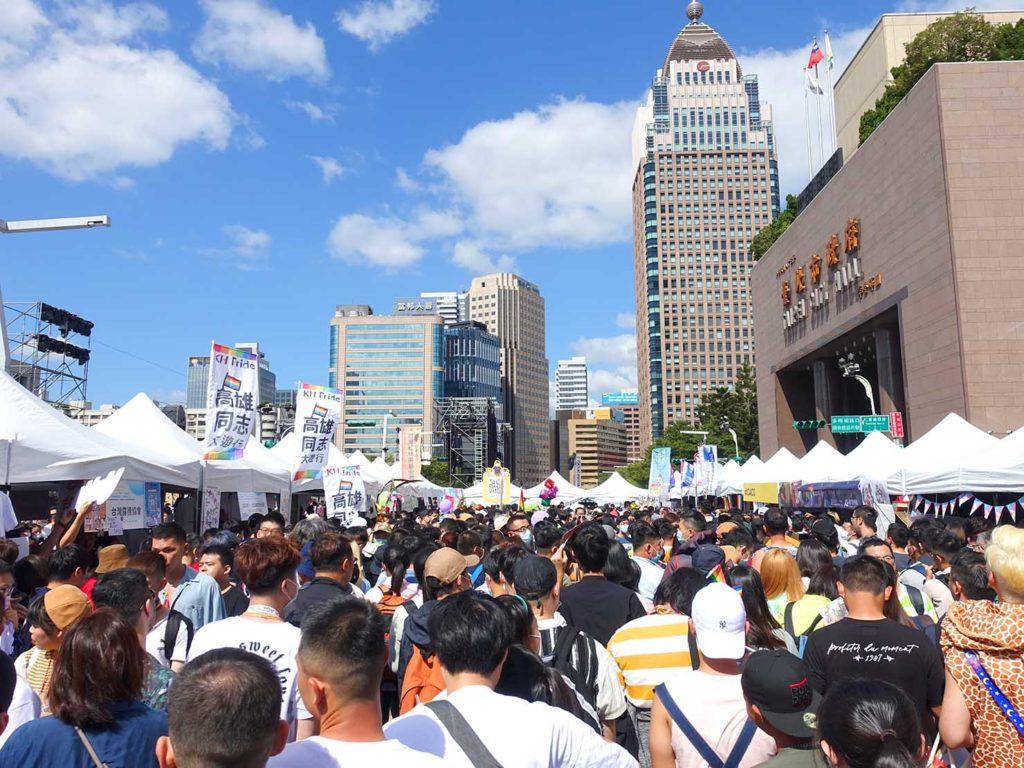 台灣同志遊行(台湾LGBTプライド)2020の市政府廣場前に集まる参加者たち