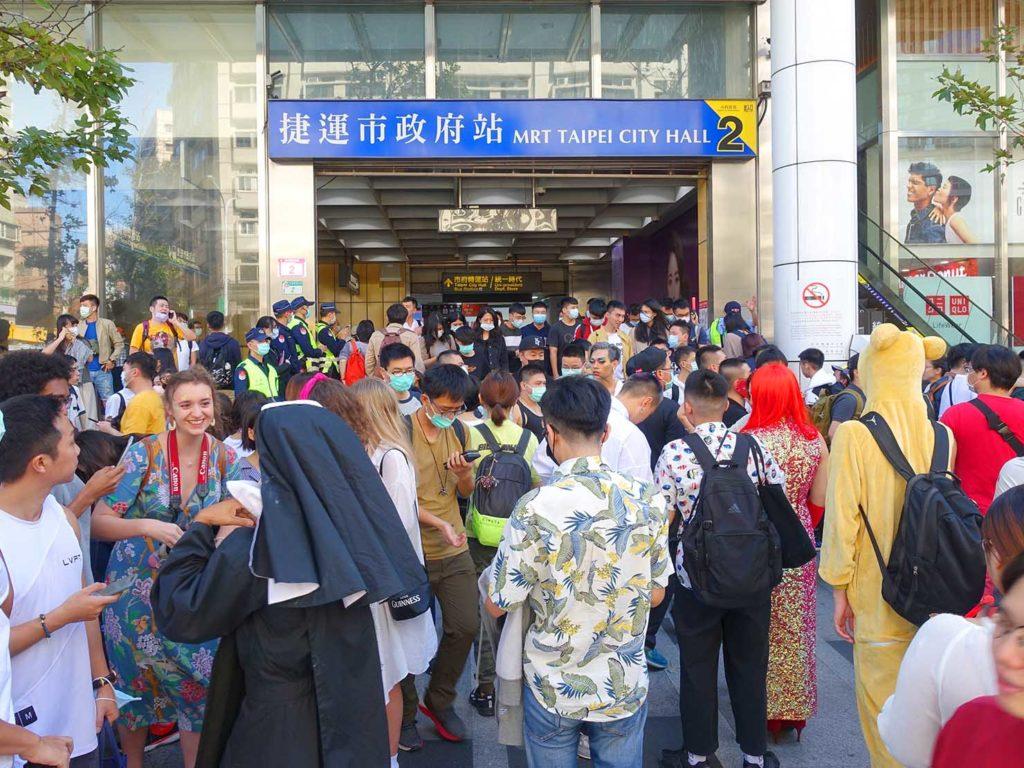 台灣同志遊行(台湾LGBTプライド)2020でMRT市政府駅前に集まる参加者たち