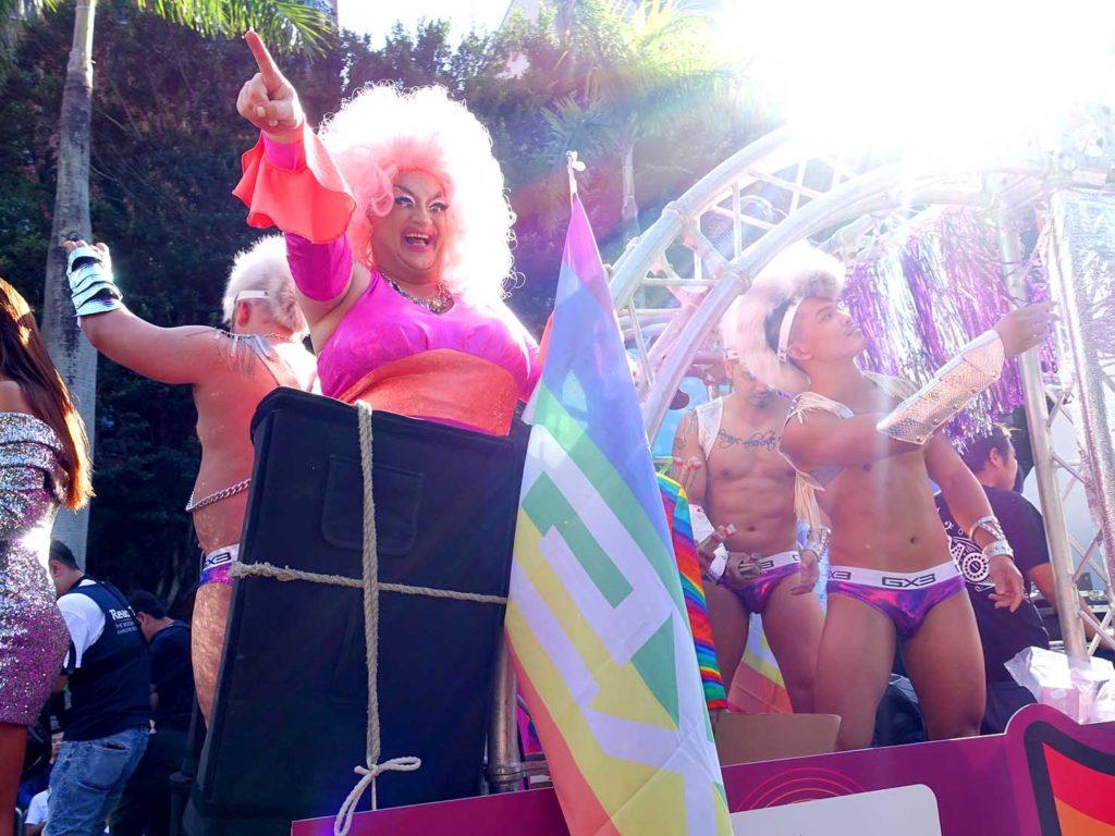 台灣同志遊行(台湾LGBTプライド)2020のパレードカーからパレードを盛り上げるドラァグクイーン