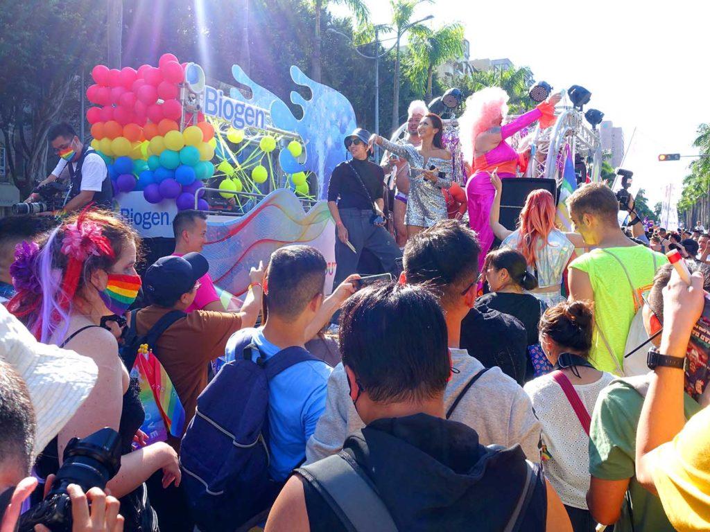 台灣同志遊行(台湾LGBTプライド)2020でドラァグクイーンの立つパレードカー周辺で盛り上がる参加者たち