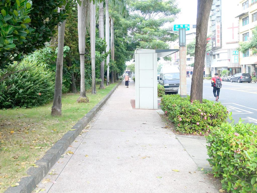 高雄MRT市議會駅1番出口前を伸びる自強一路
