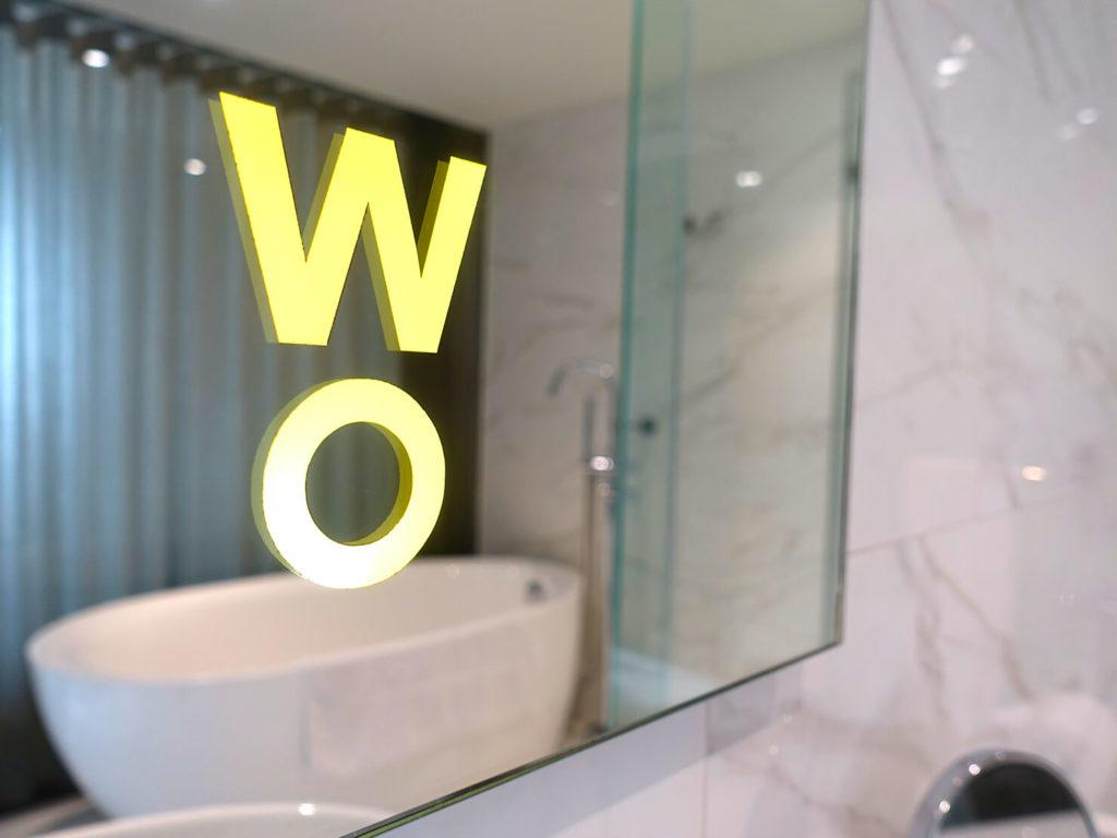 高雄・市議會駅エリアのおすすめホテル「WO Hotel」デラックスダブルのバスルームミラー