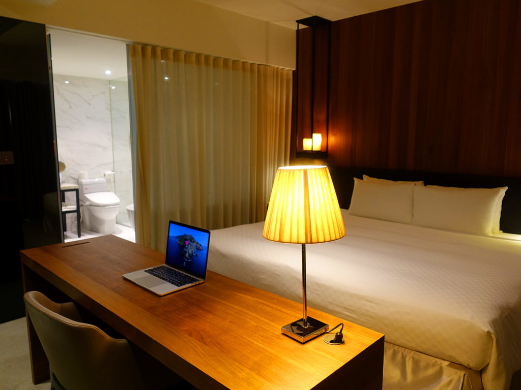 高雄・市議會駅エリアのおすすめホテル「WO Hotel」デラックスダブルをテーブル奥側から
