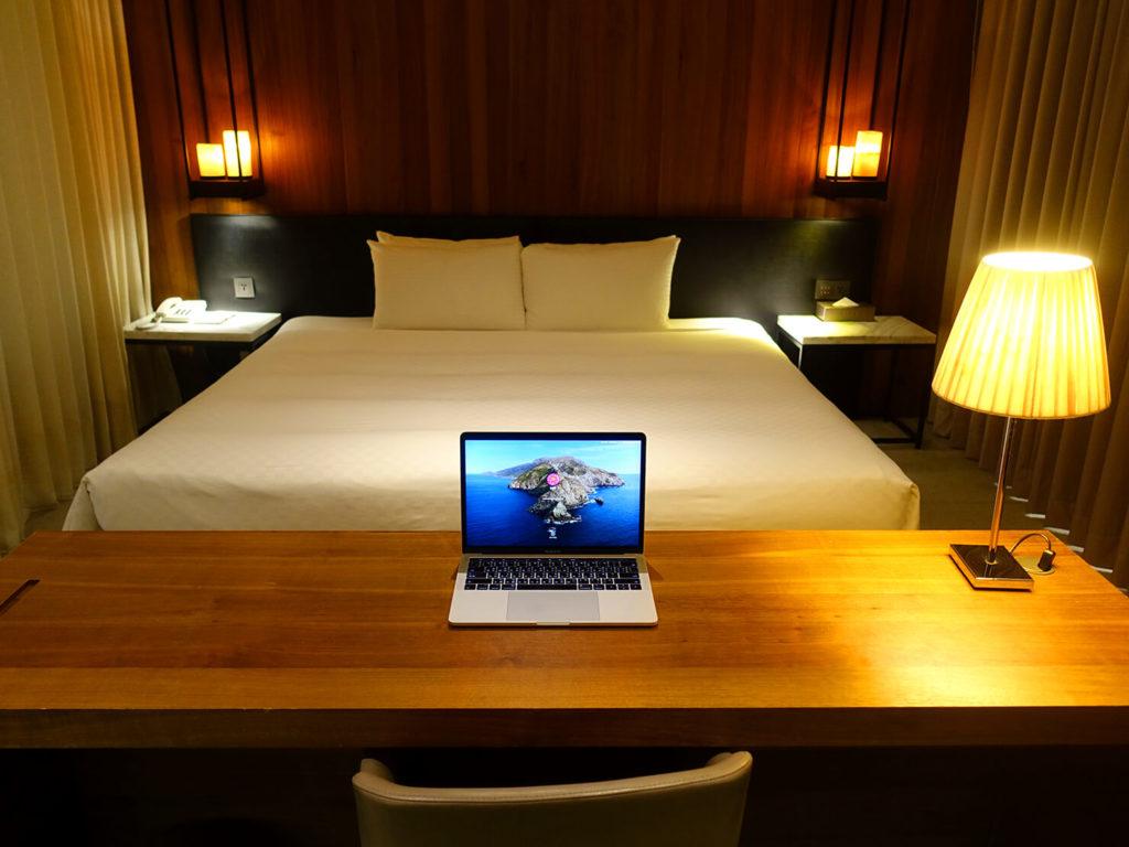 高雄・市議會駅エリアのおすすめホテル「WO Hotel」デラックスダブルをテーブルの後ろから