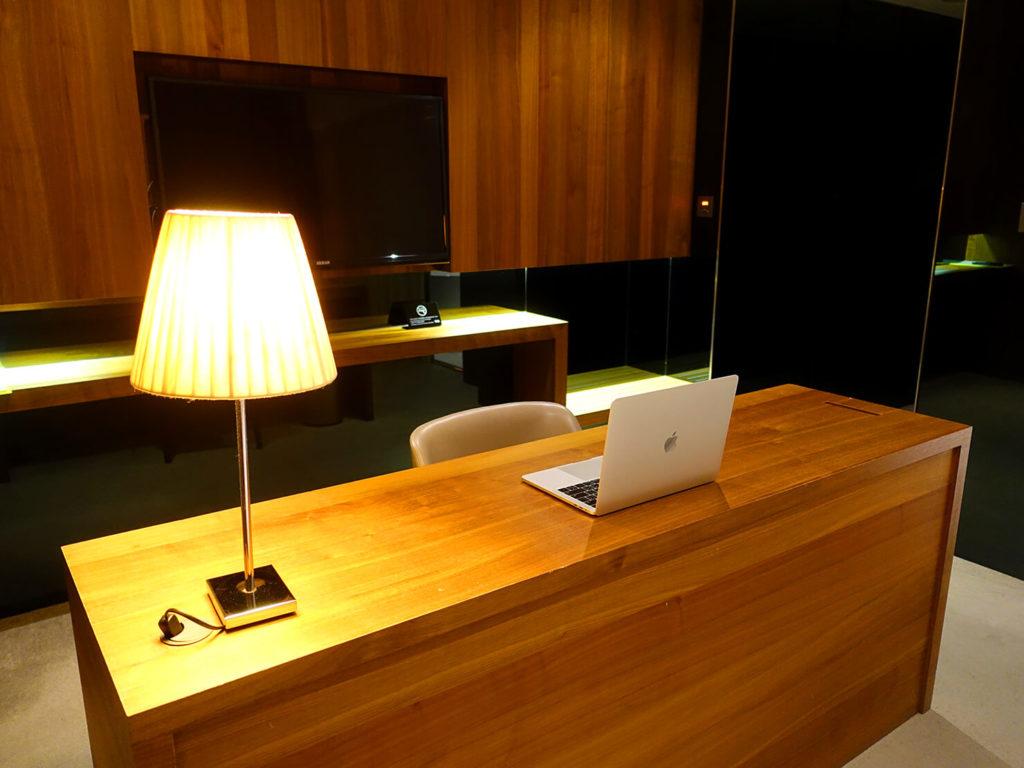 高雄・市議會駅エリアのおすすめホテル「WO Hotel」デラックスダブルのテーブル
