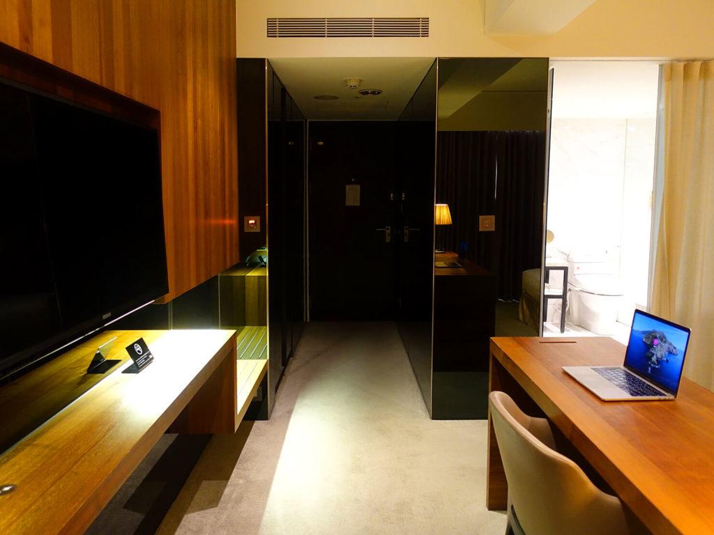 高雄・市議會駅エリアのおすすめホテル「WO Hotel」デラックスダブルをテレビ奥から