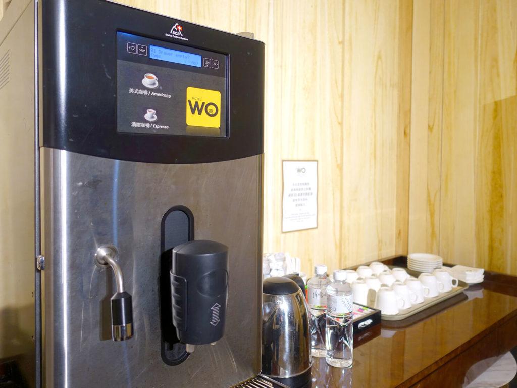 高雄・市議會駅エリアのおすすめホテル「WO Hotel」B1Fのコミュニティスペースに準備されたコーヒーマシン