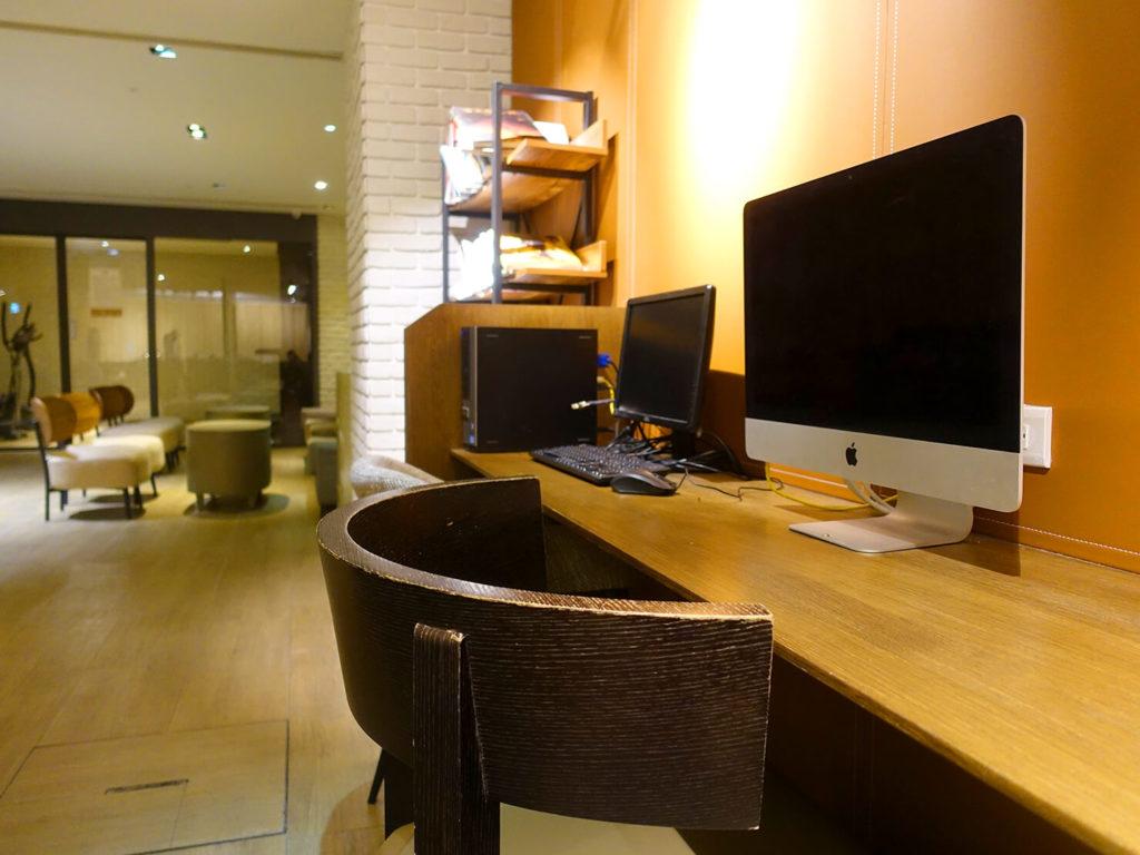 高雄・市議會駅エリアのおすすめホテル「WO Hotel」B1Fコミュニティスペースのパソコン