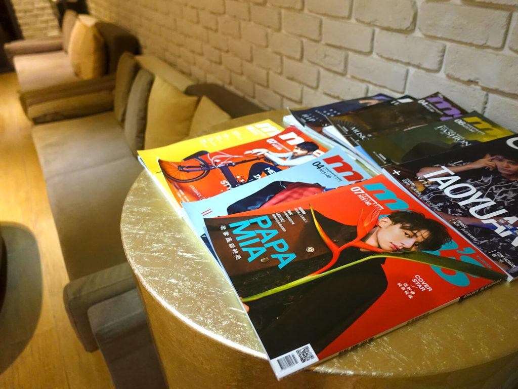 高雄・市議會駅エリアのおすすめホテル「WO Hotel」B1Fコミュニティスペースに置かれた雑誌