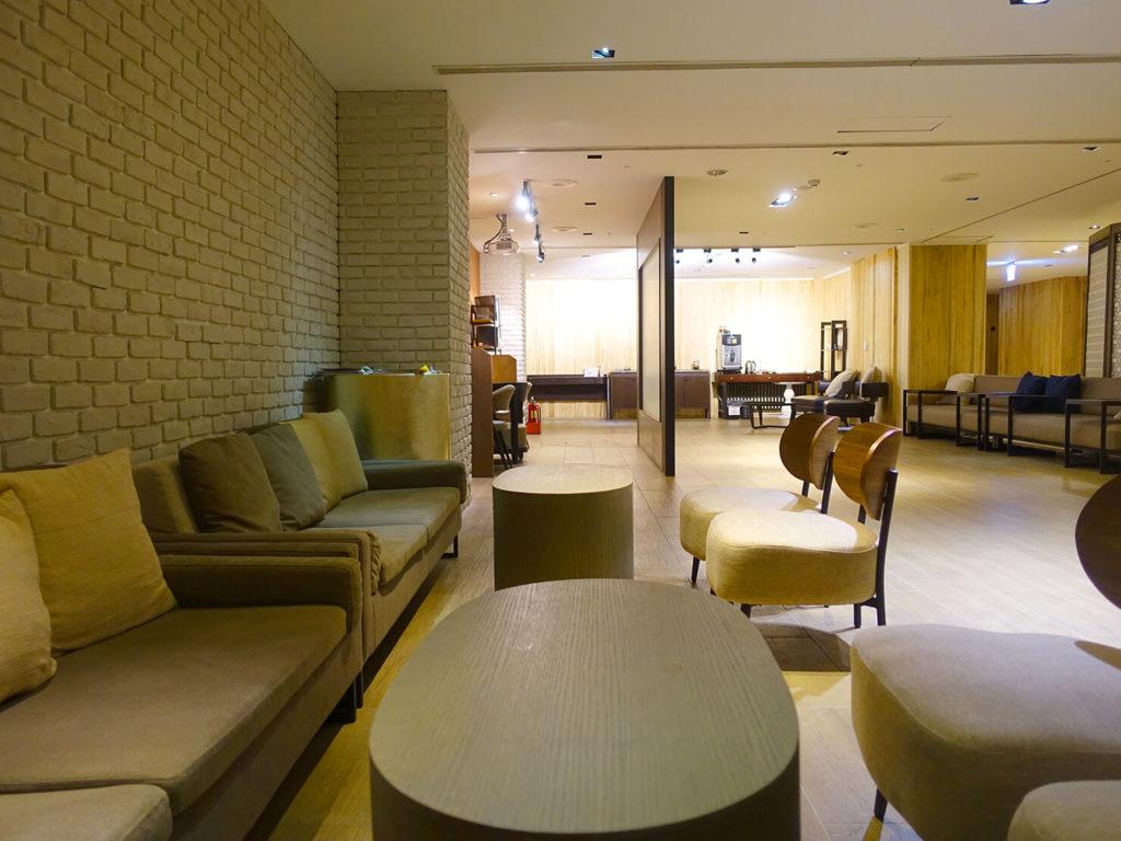 高雄・市議會駅エリアのおすすめホテル「WO Hotel」B1Fコミュニティスペースのソファ席