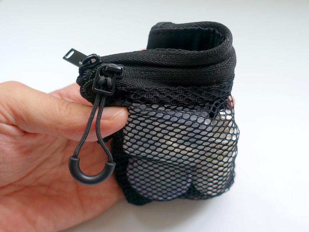 重いカバンを軽量化するために新調した持ち物「MUJI - 聚酯纖維雙拉鍊袋S」を折り曲げる