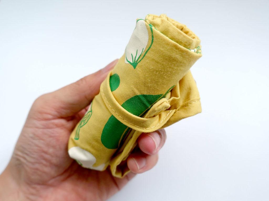 重いカバンを軽量化するために新調した持ち物「可收捲小背心袋」をまるめる