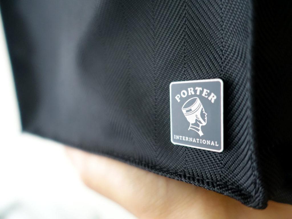 重いカバンを軽量化するために新調した持ち物「PORTER INTERNATIONAL - NEW MERODY 單肩包」のロゴ