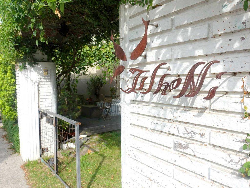 台南のおすすめ古民家ゲストハウス「一緒二咖啡民居」のエントランスに書かれた名前