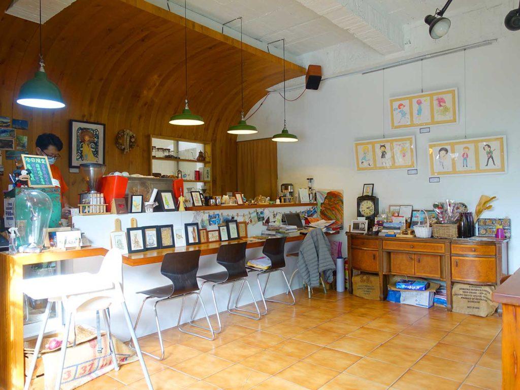 台南のおすすめ古民家ゲストハウス「一緒二咖啡民居」のカフェカウンター