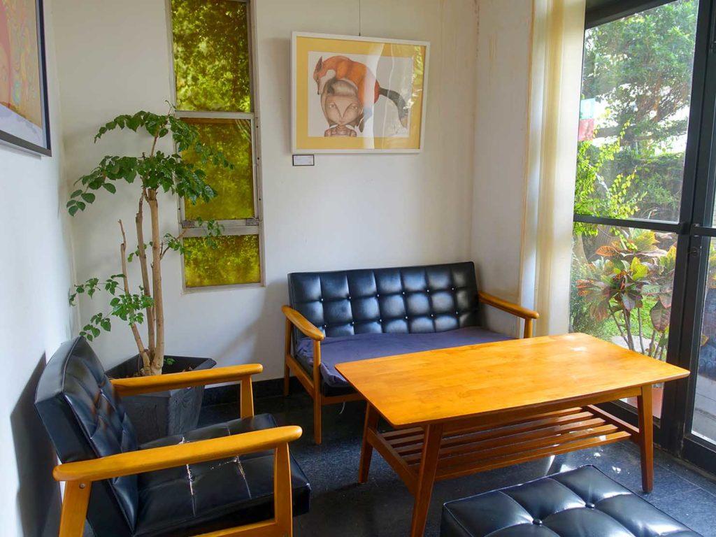 台南のおすすめ古民家ゲストハウス「一緒二咖啡民居」のカフェソファ席