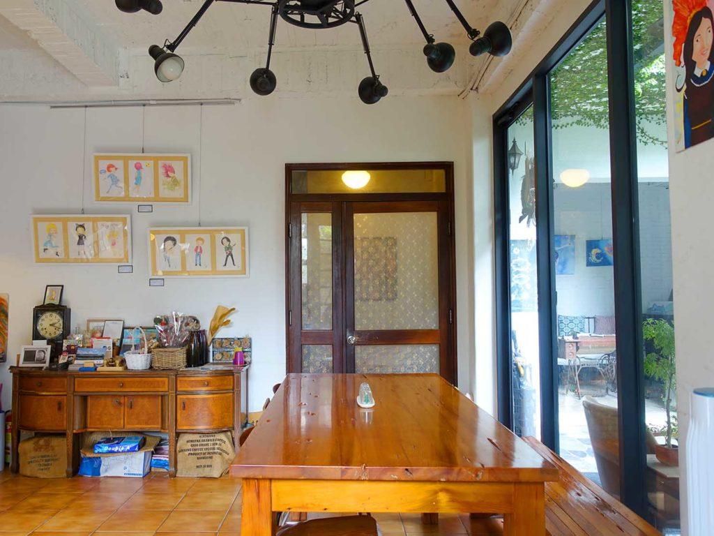 台南のおすすめ古民家ゲストハウス「一緒二咖啡民居」のカフェテーブル席