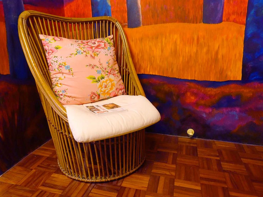 台南のおすすめ古民家ゲストハウス「一緒二咖啡民居」のデラックス・ガーデンビュー・ダブルルームの一人がけソファ