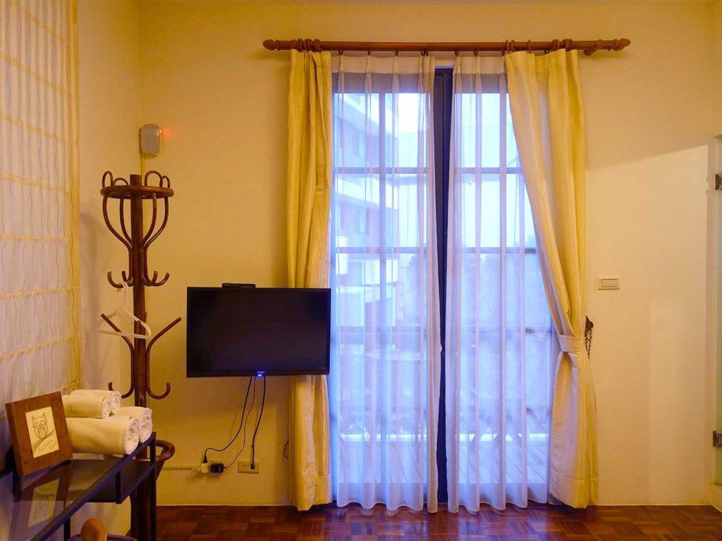 台南のおすすめ古民家ゲストハウス「一緒二咖啡民居」のデラックス・ガーデンビュー・ダブルルームの窓