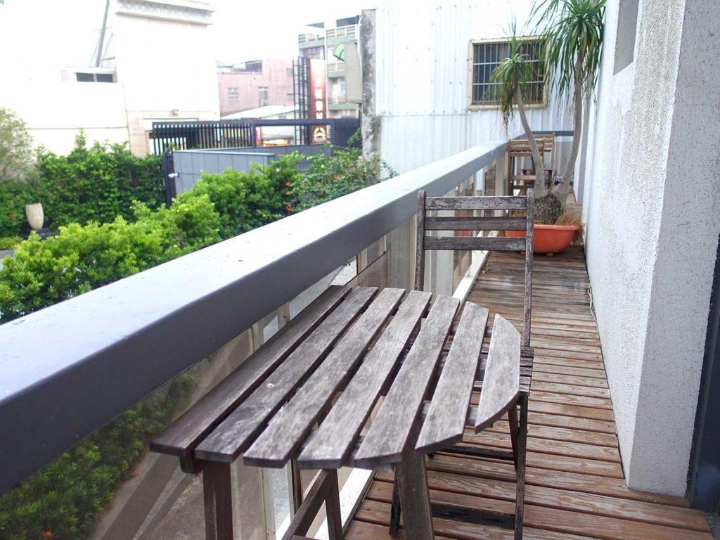 台南のおすすめ古民家ゲストハウス「一緒二咖啡民居」のデラックス・ガーデンビュー・ダブルルームのベランダ