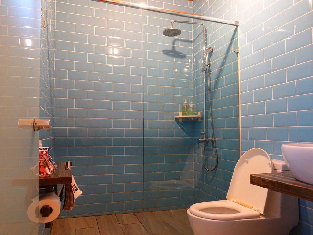 台南のおすすめ古民家ゲストハウス「一緒二咖啡民居」のデラックス・ガーデンビュー・ダブルルームのバスルーム
