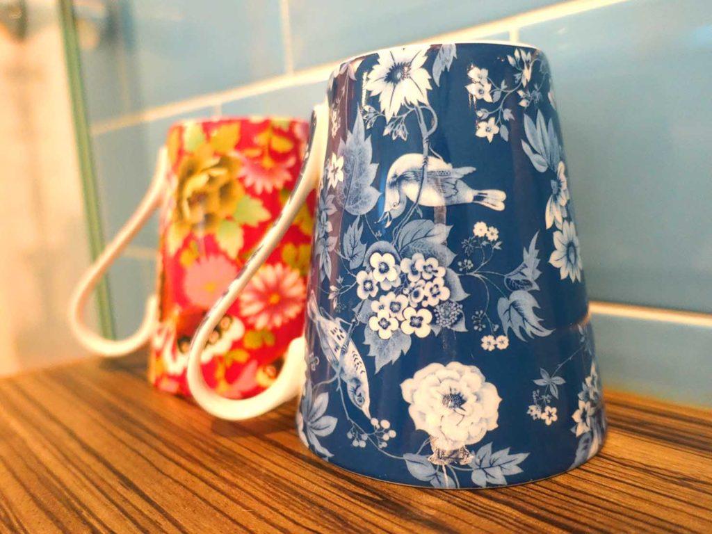 台南のおすすめ古民家ゲストハウス「一緒二咖啡民居」のデラックス・ガーデンビュー・ダブルルームのバスルームに準備されたカップ