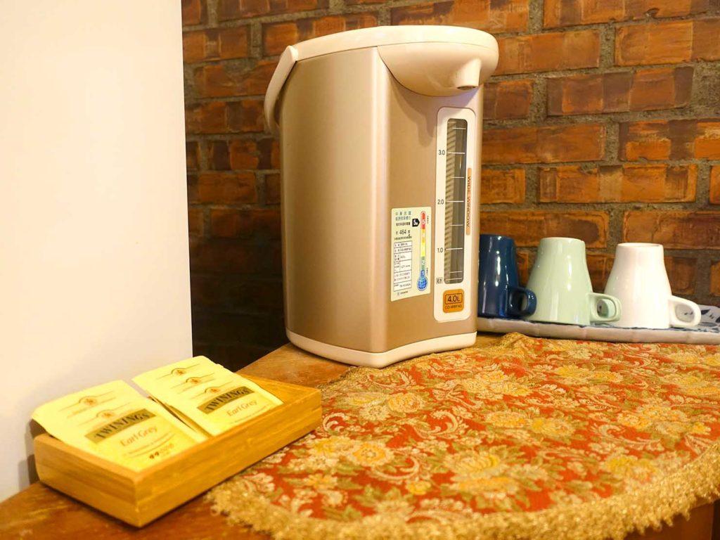台南のおすすめ古民家ゲストハウス「一緒二咖啡民居」共用スペースの電気ポット