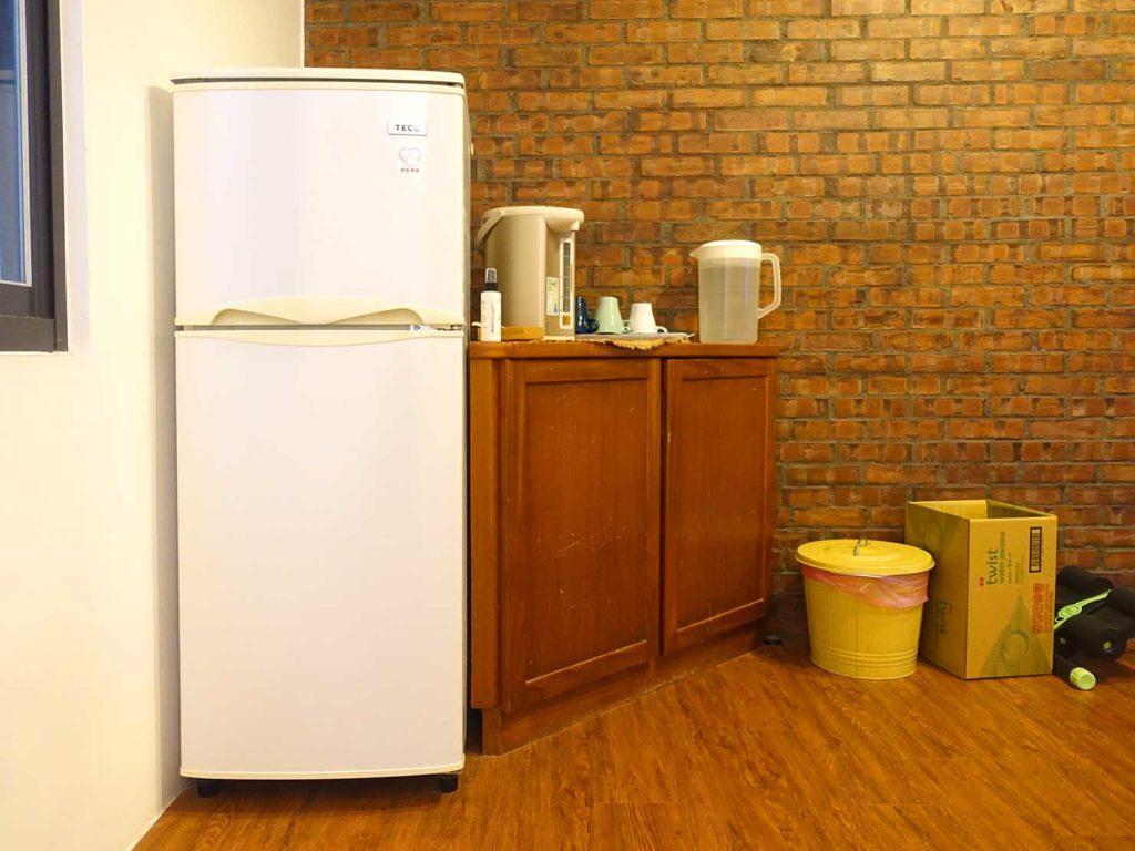台南のおすすめ古民家ゲストハウス「一緒二咖啡民居」共用スペースの冷蔵庫
