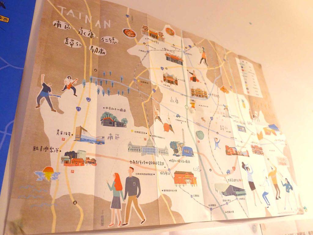 台南のおすすめ古民家ゲストハウス「一緒二咖啡民居」共用スペースに貼られたマップ