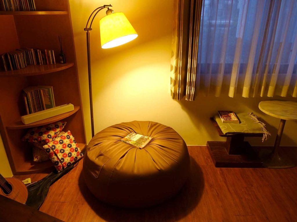 台南のおすすめ古民家ゲストハウス「一緒二咖啡民居」共用スペースのソファ