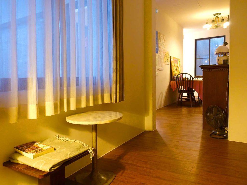 台南のおすすめ古民家ゲストハウス「一緒二咖啡民居」共用スペースを本棚側から