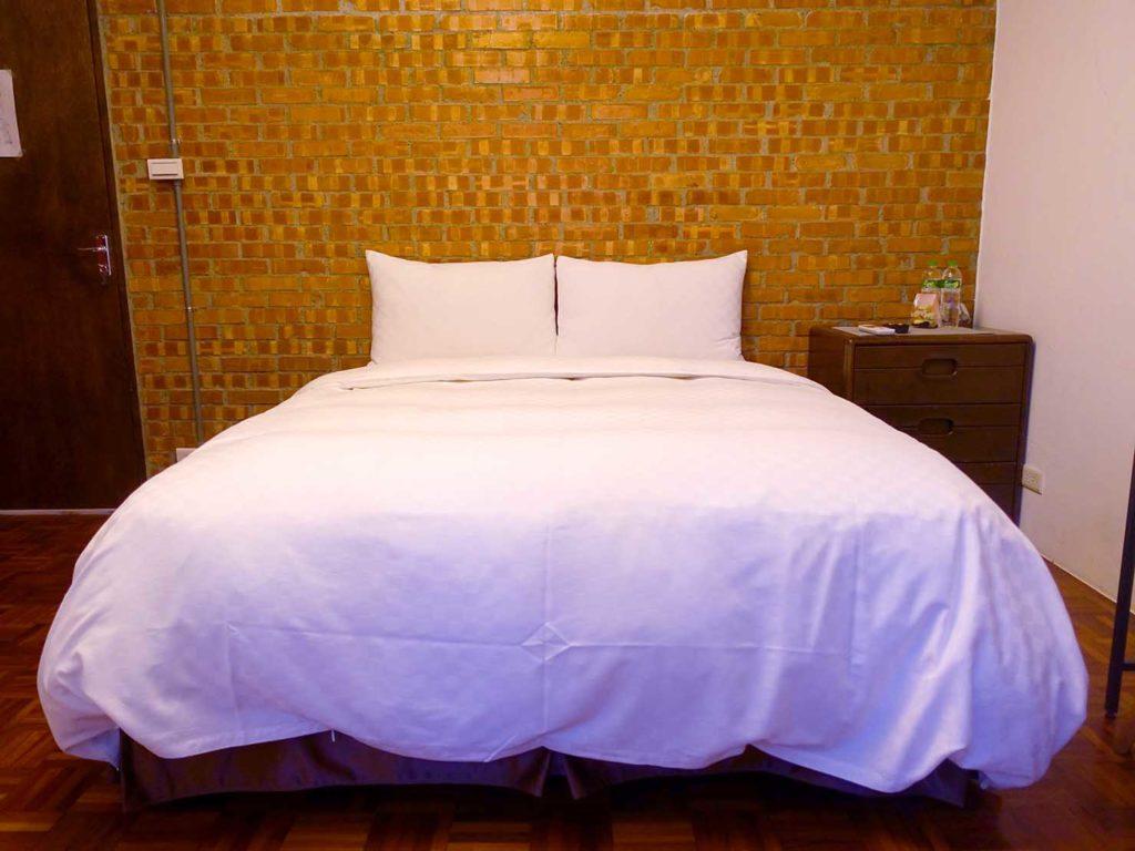 台南のおすすめ古民家ゲストハウス「一緒二咖啡民居」のデラックス・ガーデンビュー・ダブルルームのベッド