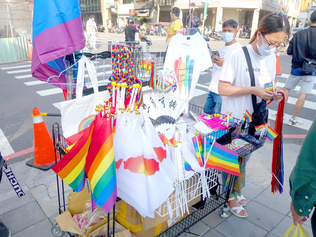 台南彩虹遊行(台南レインボープライド)2020会場でレインボーフラッグを売るお店