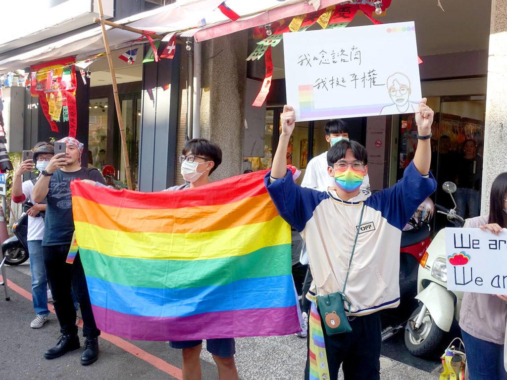 台南彩虹遊行(台南レインボープライド)2020のパレードでプラカードを掲げる学生さん