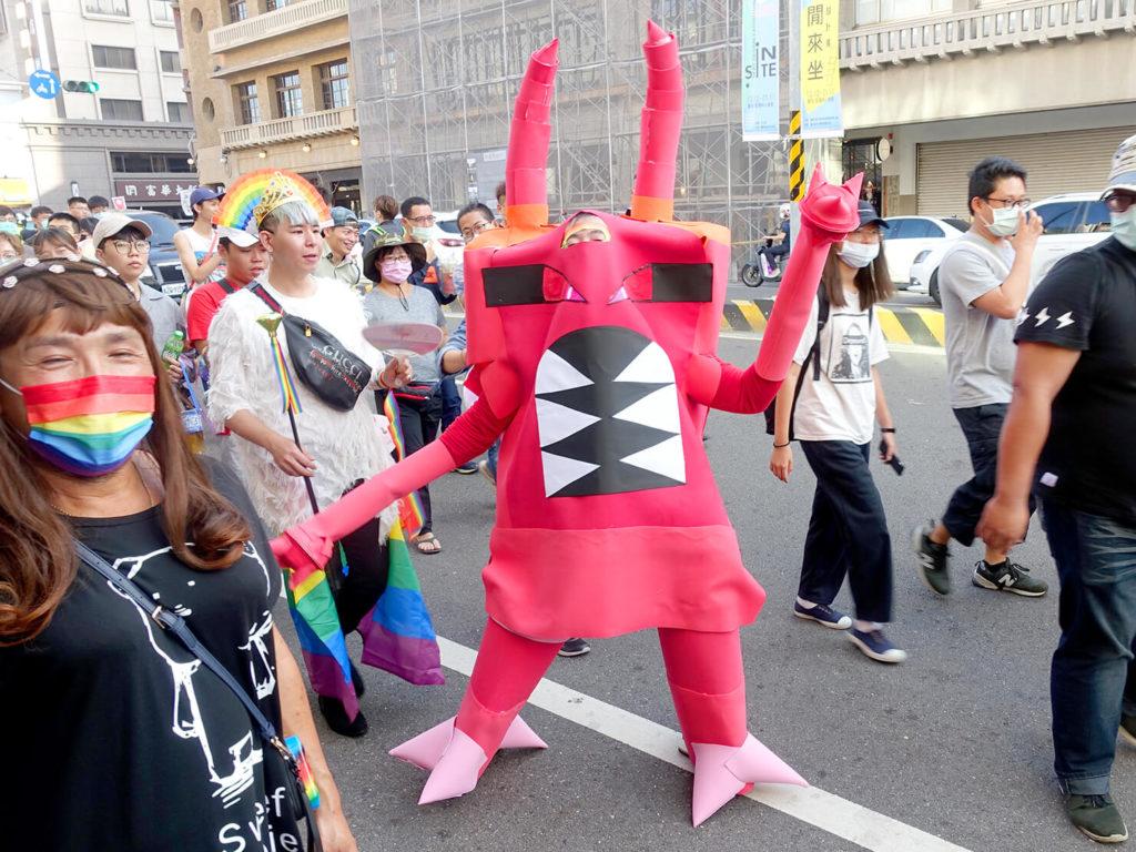 台南彩虹遊行(台南レインボープライド)2020のパレードをカイロスのコスプレで歩く参加者