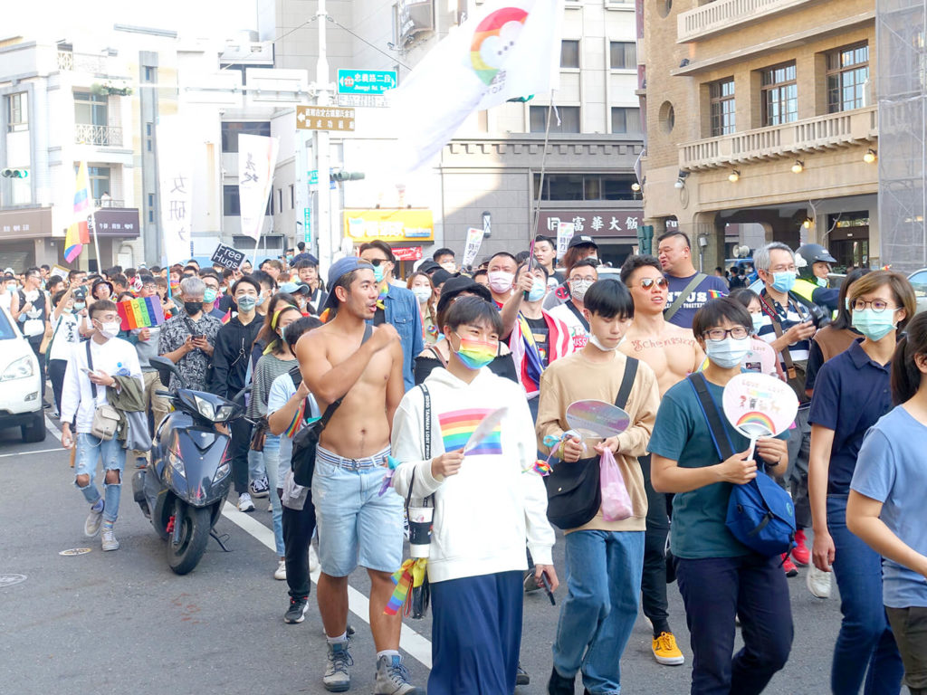 台南彩虹遊行(台南レインボープライド)2020のパレードを歩くマッスル男子